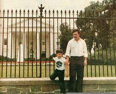 El Padrino Pablo Emilio Escobar Gaviria in front of the White House 1981 🇺🇸🇨🇴 Pablo Emilio Escobar, Pablo Escobar Son, Pablo Escobar Family, Pablo Escobar Quotes, Rare Historical Photos, Rare Photos, Vintage Photos, Beatles, Colombian Drug Lord