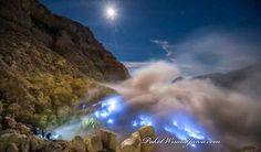 Pemandangan Blue Fire Api Biru Kawah Ijen Banyuwangi Pada Malam Hari