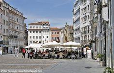Qué ver en #Coimbra, la sorpresa portuguesa - via Foto Escapada 30.06.2015 | Sin referencia alguna sobre la ciudad decidimos, sin saber muy bien el motivo, por Coimbra, ya que en algunas fotos que vi en internet me pareció que era el tipo de ciudad que me gusta, aunque tampoco esperaba maravillas... #portugal #viajar #turismo Foto: Terrazas de bares en la Plaza del Comercio de Coimbra