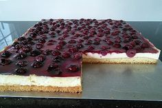 Cherry - sour cream - cake- Kirsch – Schmand – Blechkuchen www. Dessert Simple, Cupcake Recipes, Snack Recipes, Dessert Recipes, Sour Cream Cake, Pudding Desserts, Pumpkin Spice Cupcakes, Fall Desserts, Ice Cream Recipes