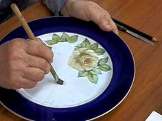 Julia Wen's traditional Chinese painting class at Golden Crane Senior Center on July 2010 - 'THE ROSE'. With summer halfway gone, it is time to explore t. One Stroke Painting, Painting Videos, Painting Lessons, Easy Paintings, Learn Art, Art Nouveau Jewelry, China Painting, China Porcelain, Ceramic Art
