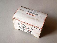Pokladnička svatební Pokladnička je malovaná akrylovými barvami, dozdobená patinou, lakovaná. Je možno napsat jakýkoli nápis, datum, jména...vše na přání