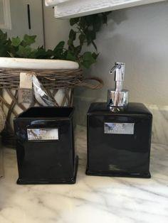 Flott såpedispenser i blank svartglassert keramikk med logo fra Lene Bjerre…