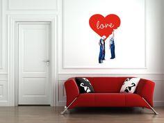 """Kit San Valentino AAART, con T-shirt limited edition e sticker murale decorativo, ispirati a un dipinto dell'artista Sabrina Rocca, AAART AAART seleziona artisti emergenti (da qui il nome AAA-RTisti cercansi) e a partire da particolari ingranditi e rielaborati di alcune opere crea le personalizzazioni per gadget e oggetti, creando il concetto di """"ARTCHANDISING""""."""