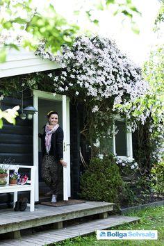 Lys, rummelig og charmerende bjælkehytte med fantastisk udemiljø tæt på Tisvildeleje. Hele 3 gode soverum (børneværelse med 3 indbyggede køjesenge), stort køkken alrum i forbindelse med hyggelig stuen med brændeovn. Stor terasse, udekøkken og en frodig have med frugttræer, rhododendron, drivhus og