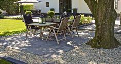 In de tuin | SCHELLEVIS tegels gecombineerd met siergrind #sierbestrating #tuintrend #oudhollands