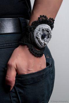 """handgemachte Freestyle häkeln Manschette """"Adrastea""""-Armband Manschette mit Schnürung schwarz-grau-häkeln"""