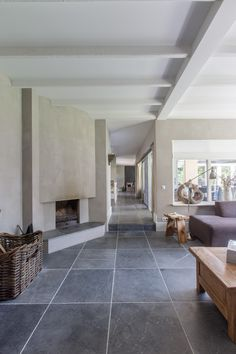Een prachtige rustiek verouderde Vietnamese Hardsteen van Van den Heuvel & Van Duuren. De vloer op de foto heeft een formaat van 60x60x2 cm.