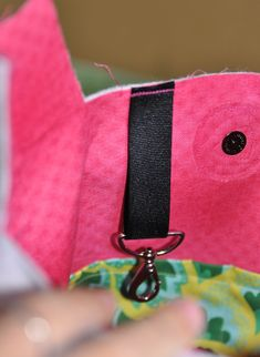 This bag is quick and easy to make with pockets that can be customized to size. Dress it up in your favorite fashion fabric, with a lining in fun contrasting color. Handbag Patterns, Bag Patterns To Sew, Sewing Machine Projects, Grill Apron, Sewing To Sell, Sling Bags, Tote Organization, Denim Crafts, Creation Couture