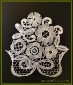 *Au point du plaisir* bobbin lace, bruges flower work. Bruges bloomwork.