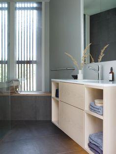 Øyparadis: En skreddersydd hytte med plass til alle Shelving, Divider, Cabinet, Bathroom, Storage, Furniture, Home Decor, Home, Shelves