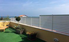 Una soluzione per la terrazza da ristrutturare che garantisce anche una certa preziosa privacy. Progetto Marcello Gennari, Pesaro. Epoxy, Balcony, Outdoor Decor, Plants, Home Decor, Gardens, Fence, Houses, Decks