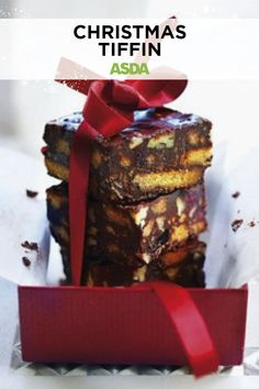 Pre-make these sweet individual treats for a stress free Christmas - you can keep these in the fridge for a week and in the freezer for three weeks! Perfect to give as a festive gift or to serve at a Christmas gathering or party. Christmas Chocolate, Christmas Treats, Christmas Baking, Broken Biscuits, Digestive Biscuits, Roasting Tins, Biscuit Cake, Edible Gifts, Cake Tins