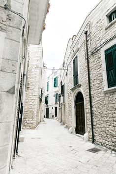 Conversano-Italy_road_trip-Poncho-Levis-Outfit-Isabel_Marant-Collage_Vintage-2