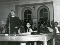 Madeleine Parent, (leader syndical), local 100, grève contre la Montreal Cotton Co. Assemblée du 2 septembre 1946; le révérend Claude de Mestral au micro, Madeleine Parent est assise à côté de lui.