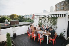 A big city rooftop dinner party setting, from Kinfolk Magazine. Rooftop Party, Rooftop Deck, Rooftop Garden, Rooftop Dining, Outdoor Dining, Outdoor Decor, Outdoor Chairs, Kinfolk Magazine, Dinner Party Decorations