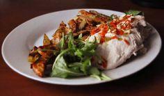 Przepis na danie dość lekkie, o niewielkiej zawartości tłuszczu. Smaczna pierś kurczaka z nadzieniem twarogowym. Smak intensywny dzięki chrzanowi i dodatkowi czosnku (ilość musimy dostosować do swoich kubków smakowych). Można oczywiście podać bez frytek, np. z ryżem. Składniki: – Pierś kurczaka – 150g – Twaróg chudy – 100g – Chrzan (korzeń lub ze słoiczka) – Czosnek – Papryka – Suszone warzywa – Ziemniaki – 200g – Rukola – Sos winegret Więcej na http://noeasy.pl/kuchnia/piers-kurczaka