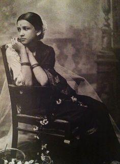 Maharani+Indira+Bai+Sahib+Holkar,+Second+Wife+of+Maharaja+of+Indore+Tukojirao+Holkar+III/ Via Old Indian Photos. Vintage India, Old Pictures, Old Photos, Portraits Victoriens, Indian Heritage, Female Portrait, Vintage Beauty, Fashion Vintage, Vintage Photographs