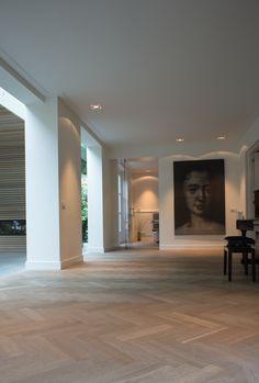 Zeer exclusieve Europees eiken tapis visgraat vloer extra donker gerookt + special white geolied gerealiseerd door MoreFloors - vloeren Breda