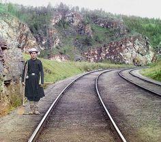 1910. Foto pintada. Un operador de Bashkir, caminando por la línea principal del ferrocarril, cerca de la ciudad de Ust-Katav y del río Yuryuzan, entre Ufa y Chelyabinsk en los Montes Urales de la Rusia Europea.