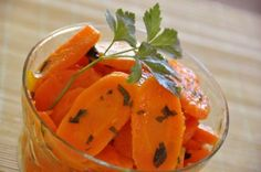 Le carote alla Vichy sono una ricetta francese, un contorno leggero, dolce e saporito, ma anche facile e veloce da preparare.