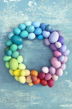 Pääsiäiskranssi valmistuu helposti paperimassamunista. Maalaa ne haluamillasi sävyillä, valmistele kranssin pohja kahdesta metallirenkaasta ja liimaa munat pohjaan. #meilläkotonafi #meilläkotona #pääsiäisaskartelu #pääsiäissisustus #pääsiäiskoriste #kranssiaskartelu Beaded Necklace, Bracelets, Jewelry, Beaded Collar, Jewlery, Pearl Necklace, Jewerly, Schmuck, Beaded Necklaces