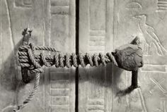 Túmulo de Tutancâmon pouco antes de ser aberto (ele estava intacto por 3.245 anos). Foto tirada em 1922