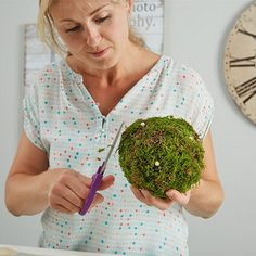 Make moss balls yourself - Modern Minimal Kitchen, Woodworking Box, How To Dry Basil, Christmas Decorations, Techno, Handmade, Bed Linen, Forget, Garden