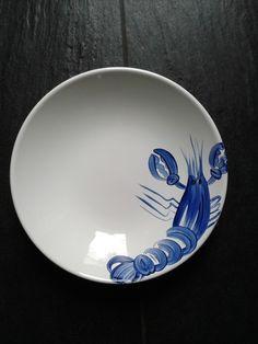 """Assiette creuse en faïence motif """"Langouste"""" peinte à la main : Vaisselle, verres par paulinep-creation"""