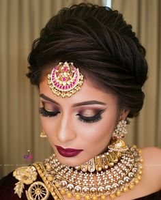 If you are going to be a bride soon and already know what you'll be wearing on your functions, then the next step is getting the perfect wedding makeup. Here are some Indian bridal makeup images to help you pick what you want. Bridal Hairstyle Indian Wedding, Indian Wedding Makeup, Bridal Hair Buns, Indian Wedding Hairstyles, Beach Wedding Hair, Indian Bridal Makeup, Bride Hairstyles, Wedding Updo, Hairdos