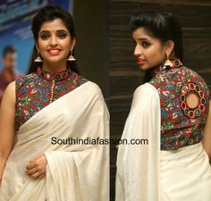 Anchor Syamala hosted the trailer launch of Hyper in plain off-white saree teamed with a kalamkari print mirror embellished high neck blouse Saree Blouse Patterns, Fancy Blouse Designs, Designer Blouse Patterns, Blouse Neck Designs, Designer Saris, Blouse Styles, Designer Wear, Kalamkari Dresses, Kalamkari Saree