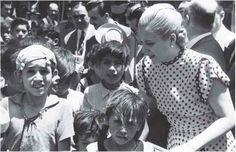 Eva Peron with poor children. President Of Argentina, Poor Children, People Talk, Queen, Madonna, Actresses, History, Twitter, Couple Photos