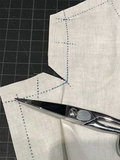 How to Transform a Standard Curved Armhole into a Square-Cut Armhole - Threads Dress Sewing Patterns, Clothing Patterns, Shirt Patterns, Sewing Hacks, Sewing Tutorials, Sewing Tips, Sewing Projects, Sewing Clothes, Diy Clothes