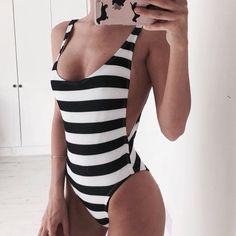 mujer con traje de baño de rayas