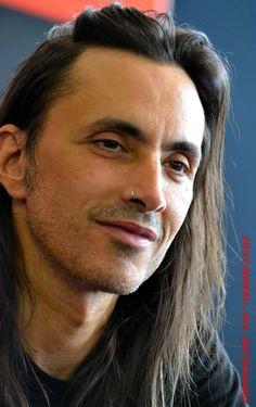 Nuno Bettencourt.- Absolutely gorgeous multi-talented individual yet appears sad and lonely in his eyes... (Photo de Didier Rivet)