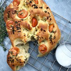 Foccacia brød med hvidløg, timian og tomat – Mummum.dk Food Crush, Bread N Butter, Tapas, Grilling, Food And Drink, Lunch, Snacks, Vegan, Baking