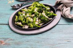 Pannestekt brokkoli smaker kjempegodt. Stek den i små buketter eller skiver til brokkolien blir mør i midten og sprø i kantene. Tilsett litt hakket hvitløk underveis hvis ønskelig, og dryss til slutt over godt med parmesan. Parmesan, Vegetables, Food, Essen, Vegetable Recipes, Meals, Yemek, Veggies, Eten