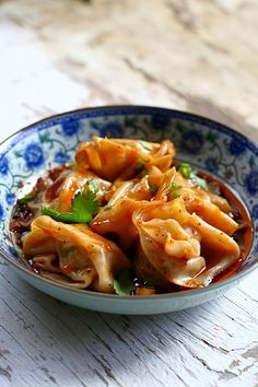 Sichuan Red Oil Wontons - Delicious and mouth watering wontons in red oil and black vinegar sauce. Easy recipe for homemade spicy wontons for dinner today. Wontons, Asian Recipes, Ethnic Recipes, Szechuan Recipes, Halal Recipes, Asian Foods, Wonton Recipes, Buffet, Asian Cooking