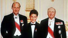 Der norwegische König Olav V. (r.), sein Sohn Kronprinz Harald (l.) und dessen Sohn Prinz Haakon Magnus posieren am 9.10.1988 nach der feierlichen Konfirmation von Haakon für die Presse. © dpa - Bildarchiv