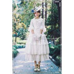 中国ロリータブランド・SurfacespellのThe last hyacinthジャンパースカートです。 「hyacinth(ヒヤシンス)」と題したシリーズは、毎年夏限定で発売される絶大な人気を博した定番シリーズです♪ 軽やかなシフォン地に、オーガンジーの薔薇の造花、リボンとレースをあしらったエレガントさと可愛さを両立させたデザインが人気の理由です。 白の限定バージョンにさらにレースアップリケとオーガンジー薔薇がついてるリボンベルトが付属しており、エレガントさUP!取り外してヘッドドレスとしても使っていただけます! モデルさんのように中に白ブラウスとロングアンダースカートを着ると、ゴージャスなウェディングドレス風コーディネートが完成♡ もちろん1枚で着ても、上にガウンやボレロを羽織っても可愛いですよ☆