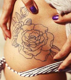 O contorno de uma flor tatuado na virilha                                                                                                                                                                                 Mais