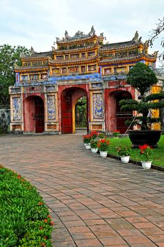 Gates at de Imperial Citadel in ancient Hue City of Vietnam  Please like, repin or follow us on Pinterest to have more interesting things. Thanks.  http://hoianfoodtour.com/ #gate #Huecity #Huecitadel
