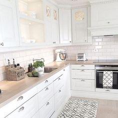 Cucine for white kitchen interior design 15 Economical Interior Design Ideas to Save Your Budget Home Decor Kitchen, Interior Design Kitchen, New Kitchen, Home Kitchens, Kitchen Ideas, Kitchen Rug, Kitchen Backsplash, Country Kitchen, Vintage Kitchen