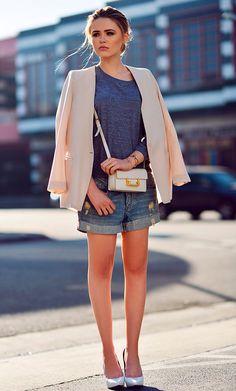 street style look com blazer e shorts jeans.