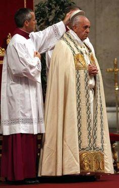 Dimanche 02/06/2013 : Une heure d'adoration du Saint Sacrement dans la Basilique St Pierre pour célébrer l'année de la Foi; un temps de prière relayé par les paroisses du monde entier. (Foto Reuters)