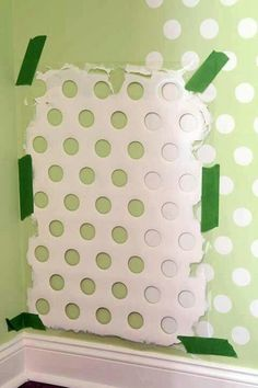 Use a piece of an old laundry basket, to paint polk a dots