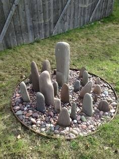 Standing stones garden~~ Really like the look of this.  Since I'm a rock hound I have to try this..maybe Stone Hedge?