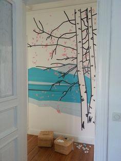 Lang, lang ist's her, dass die bunten Masking- beziehungsweise Washi-Tapes unsere Herzen – ähm Wohnungen – erobert haben. Das kleine, feine Produkt aus Japan eröffnet einem aber auch unendlich viele Deko-Möglichkeiten! Mit den Klebebändern aus Reispapier in unzähligen verschiedenen Farben und Mustern lässt sich von kleinen Dosen und Papier-Geschenken über Möbel bis hin zu ganzen Wänden einfach alles aufhübschen. Tape Wall Art, Washi Tape Wall, Tape Art, Diy Wall Art, Wall Decor, Room Decor, Tapas, Rental Decorating, Inspiration Wall