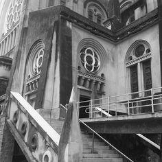 Da série: um monte de fotos do mesmo lugar (embora todas sejam diferentes). #desafioprimeira (escadas) . . . . . . . . . . . . . . . . . #galeriaempeb #pretoebranco #peb #blackandwhite #bew #catedraldefortaleza #fortaleza #ceara #viagem #travel #trip #instatrip #instatravel #vscofotografia_ #fotoxigenio #jardimdetalentos #jardimfotografico #paraisofotografiico #vscofeed #vscogallery #vsco #caixafotografica #vitrinevisual #oceanofotografico #parededevidro #lunaticpics #ddmore #blogsdaliga