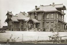 Это деревянное здание станции в псевдорусском стиле было построено в 1873 году архитектором Министерства путей сообщения П.С. Купинским. В царствование Александра III здание снесли (оно стало мало и закрывало вид из дворца на кирху в М. Колпанах), новое  здание (#151371) построили рядом, а на месте прежнего вокзала в 1890 году возвели Царский павильон (#119551), предназначавшийся для приема членов императорской семьи.